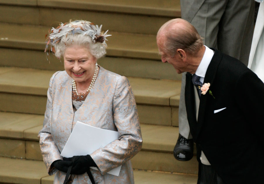 Queen Elizabeth arrives at Peter Phillips wedding