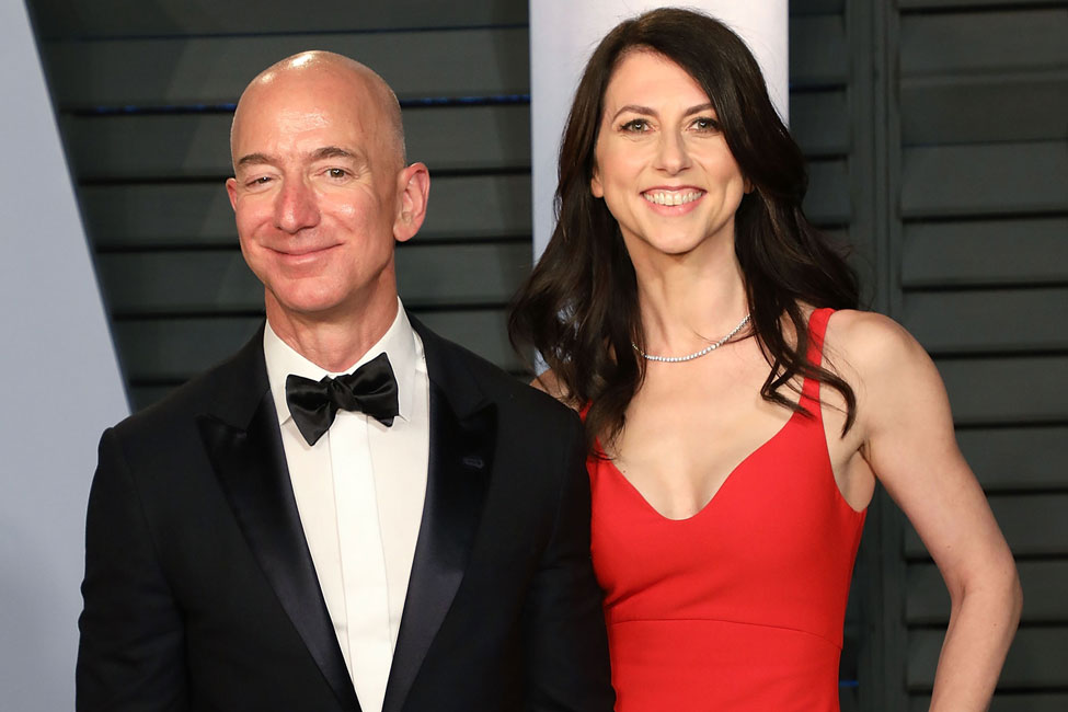 Amazon CEO Jeff Bezos (L) and MacKenzie Bezos attend the 2018 Vanity Fair Oscar Party hosted by Radhika Jones at Wallis Annenberg Center for the Performing Arts on March 4, 2018 in Beverly Hills, California. (Photo by Taylor Hill/FilmMagic)