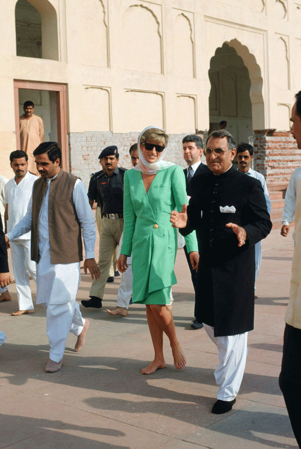 Diana, Princess of Wales walks barefoot during a visit to Badshahi Mosque in Lahore, Pakistan