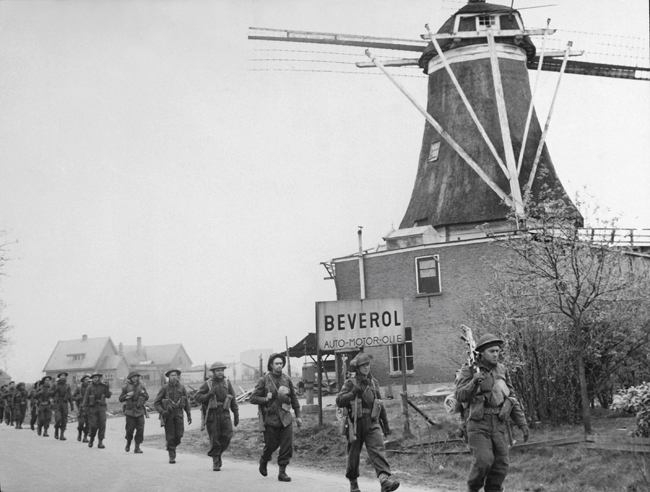 A photo of Infantry from Montreal's Le Régiment de Maisonneuve on the move from Holten to Rijssen in the Netherlands, April 1945.