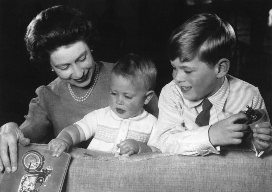 Little Prince Andrew and his young brother Prince Edward have fun with their mum Queen Elizabeth on vacation of the English Royal Family at Windsor Castle, June 21, 1965 in Windsor , United Kingdom. (Photo by Keystone-France \ Gamma-Rapho via Getty Images)