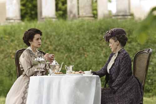 Downton Abbey S1: Lady Grantham (Elizabeth McGovern) and the Dowager Countess (Dame Maggie Smith) have tea