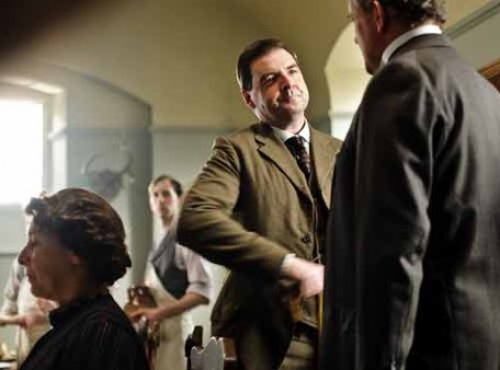 Downton Abbey S1E1: Bates greets Lord Grantham