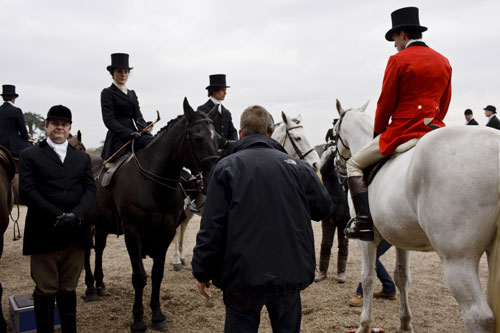 DAS1 BTS: Michelle Dockery and others on horseback waiting to film the hunting party scene