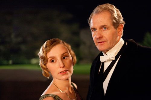 DAS3E1: Lady Edith and Sir Anthony Strallan (Robert Bathurst) outside before dinner