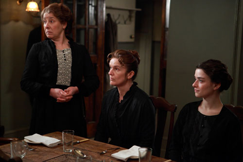 DAS3E1: Mrs. Hughes, O'Brien and Miss Reed (Lucille Sharp) in the servants' hall
