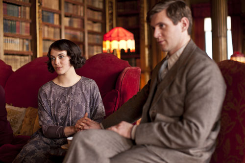 DAS3E1: Lady Sybil and Tom relax in the library after arriving from Dublin