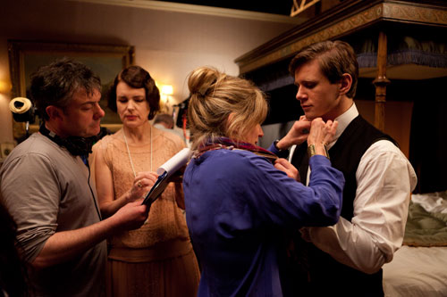 DAS3E4: BTS - Elizabeth McGovern and Allen Leech get touched up while filming Sybil's final scenes
