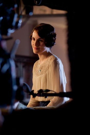DAS3E4: BTS - Michelle Dockery films a heart to heart chat with Sybil (Jessica Brown Findlay)