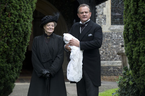 DAS3E6 - BTS: Maggie Smith and Hugh Bonneville with a 'stand in' for baby Sybil filming the christening scene