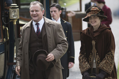 DAS3E7: Lord and Lady Grantham arrive at Duneagle Castle, Scotland