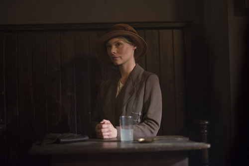 DAS3E7: New maid Edna Braithwaite (Myanna Buring) waits at the pub for a chance to see Tom