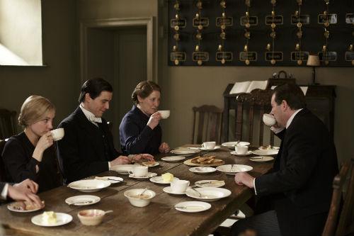 Downton Abbey S4E1: Anna Bates (JOANNE FROGGATT), Thomas Barrow (ROB JAMES-COLLIER), Mrs. Hughes (PHYLLIS LOGAN), John Bates (BRENDAN COYLE)