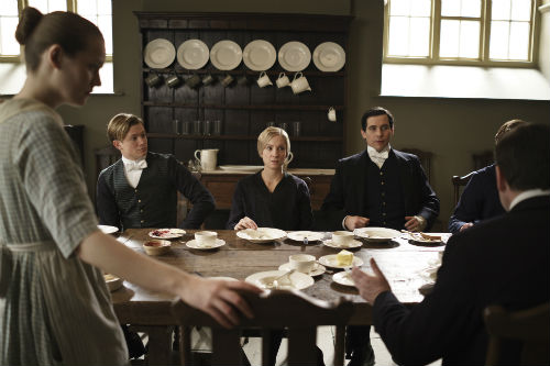 Downton Abbey S4E1: Ivy Stuart (CARA THEOBOLD), Jimmy Kent (ED SPELEERS), Anna Bates (JOANNE FROGGATT), Thomas Barrow (ROB JAMES-COLLIER)