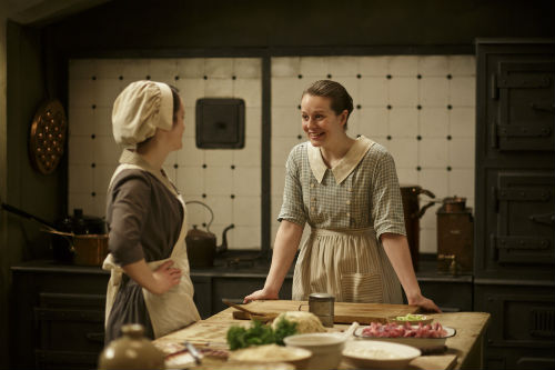 Downton Abbey S4E3: Daisy Mason (SOPHIE MCSHERA), Ivy Stuart (CARA THEOBOLD)