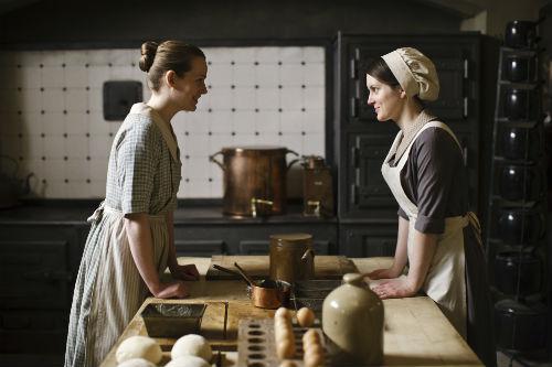 Downton Abbey S4E3: Ivy Stuart (CARA THEOBALD), Daisy Mason (SOPHIE MCSHERA)