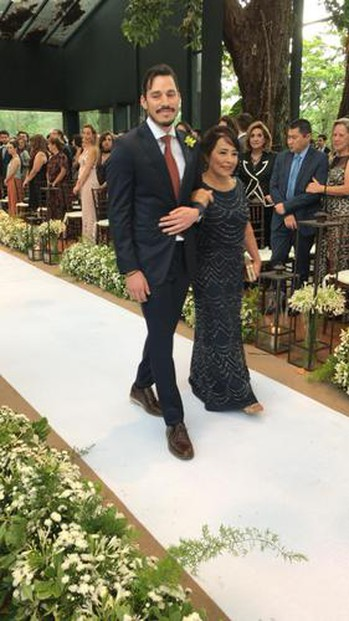 Mae do noivo Fátima Pereira vestindo Adriana Papel by Dress and Go.
