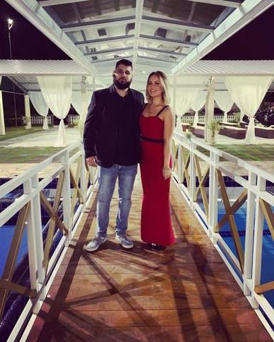 Olá,  Eu simplesmente AMO a experiência de alugar vestidos pela Dress and Go! Aluguei esse vestido vermelho para um casamento e fez o maior sucesso!  O atendimento pelo chat é muito bom! A barra estava perfeita! Tudo perfeito! Indico para todas as mulheres!!
