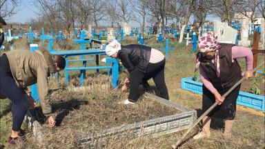 Preparing the graves for Paștele Blajinilor