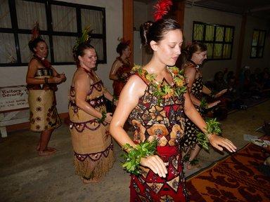 Fefine dancing
