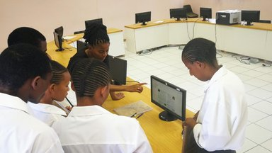 teachers and students using offiline wiki.jpg