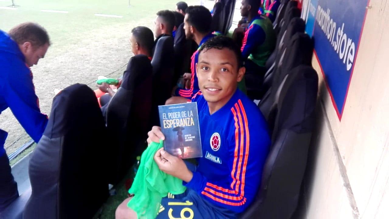 Joven adventista entregó literatura a jugadores de la Selección Colombia de fútbol