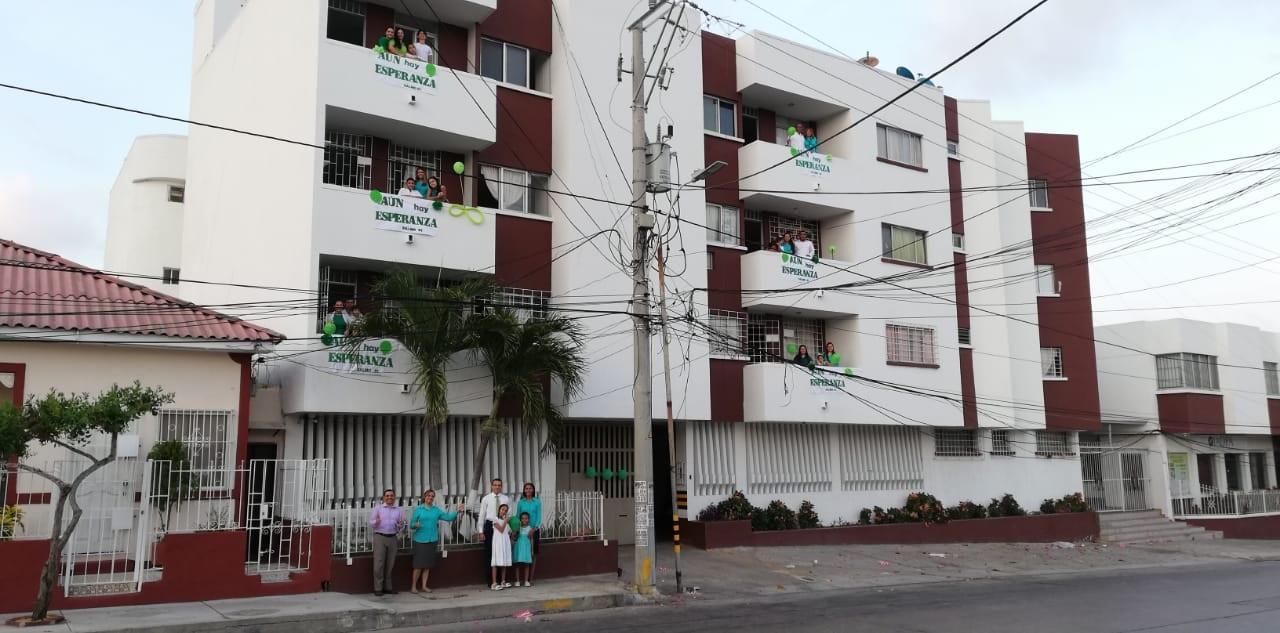 Familias pastorales en Barranquilla salen a sus balcones a animar a sus vecinos durante la cuarentena