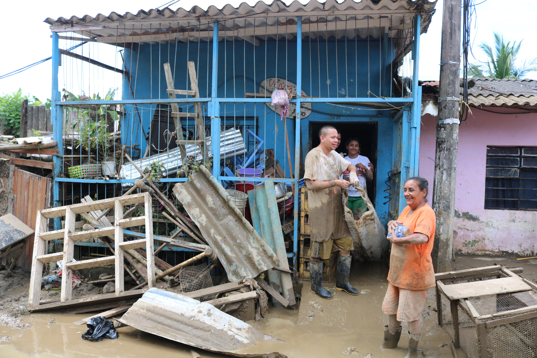 Habitantes del municipio de Apartadó damnificados por la avalancha que impactó gran parte de esta población.