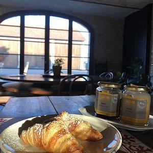 Le brioche e un cappuccino per colazione