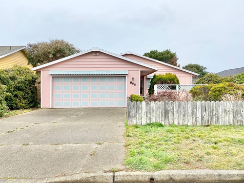 Photograph of 866 10th St SW, Bandon, OR 97411