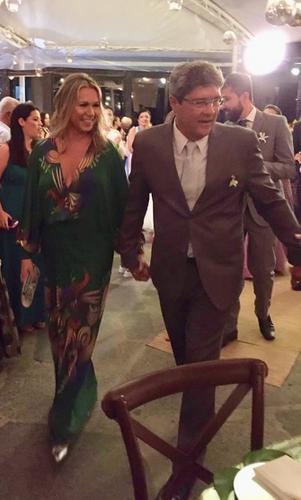 """Pessoal, eu AMEI a experiência com vcs aqui no Rio! Desde o atendimento da Maria na loja,  os avisos, perto da data, do andamento do processo... Eu fiz uma solicitação sobre o decote e fui atendida exatamente como pedi!... e o vestido chegou ANTES da data marcada! Fui muuuito elogiada na festa ...""""seu vestido é LINDOOO!!! A sua cara!!!"""" rsrsrs... As fotos não estão boas... ainda não tenho as tiradas pelo fotógrafo... mas, prometo que envio quando as tiver!!  Beijos pra vcs !! Margareth"""