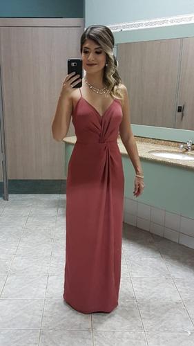 O vestido tem um caimento maravilhoso. Foi super elogiado, tanto pessoalmente quanto nas redes sociais. Precisei fechar um pouco o decote, mas ficou perfeito! Amei!