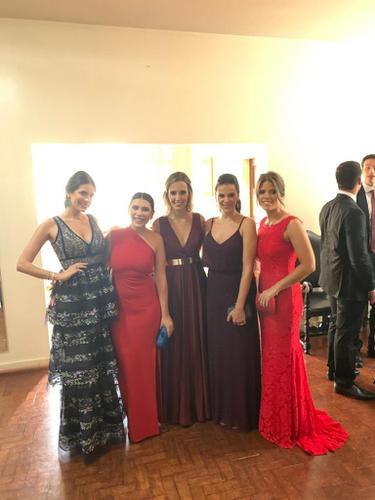 Tenho apenas uma foto que não está boa, mas tem duas madrinhas com vestido da Dress!