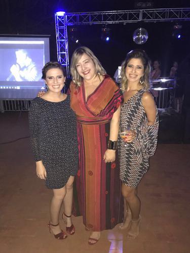 As três pessoas da foto estavam com dress and go.