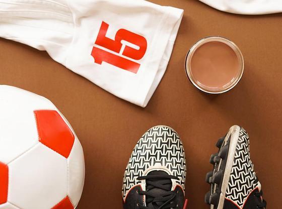 Lait au chocolat et accessoires de soccer