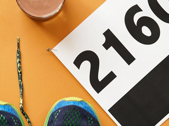 Souliers de course, lait au chocolat, casquette et dossard de marathon