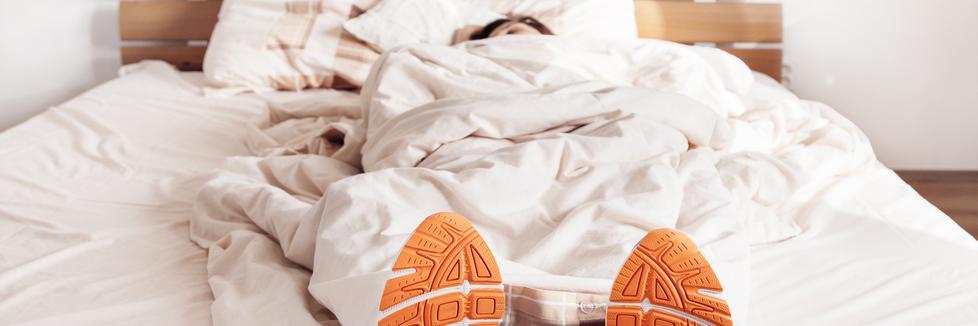 Une personne couchée avec ses souliers de course