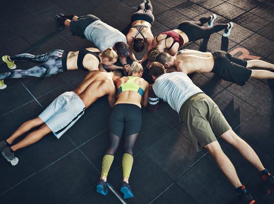 Exercice de la planche en groupe