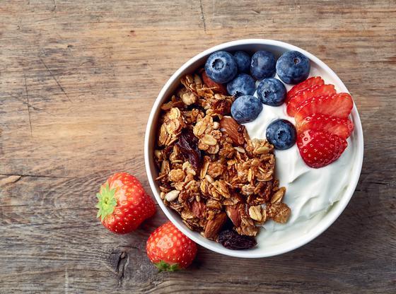 Yogourt, granolas et petits fruits