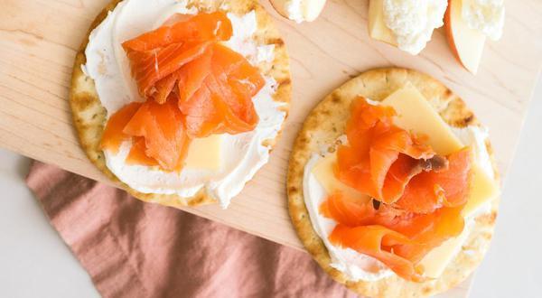 Pomme tartinée de ricotta et tartines de saumon fumé