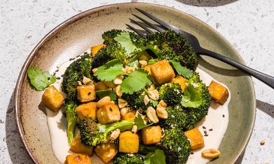Brocoli rôti et tofu avec vinaigrette crémeuse au miso