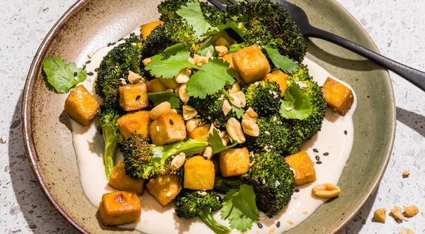 Brocoli et tofu rôtis avec vinaigrette crémeuse au miso