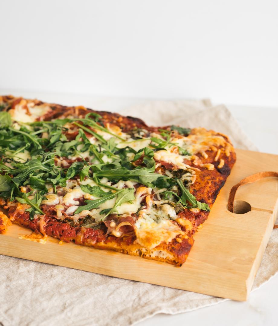Pizza au pesto et viandes froides