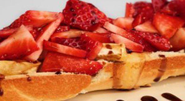 Baguette au brie de Portneuf fondant, aux fraises et au caramel balsamique
