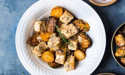 Bol de tofu à la moutarde, pommes de terre et choux de Bruxelles rôtis