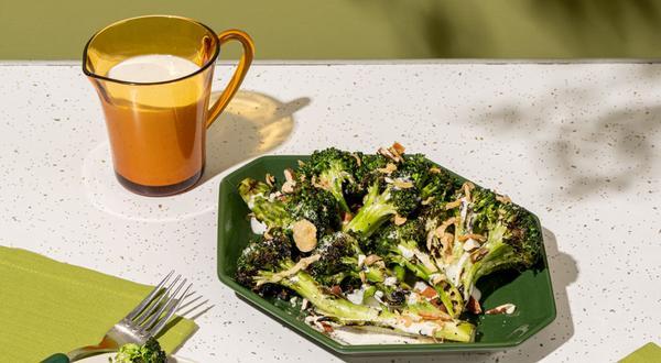 Brocoli au BBQ et sauce yogourt-tahini