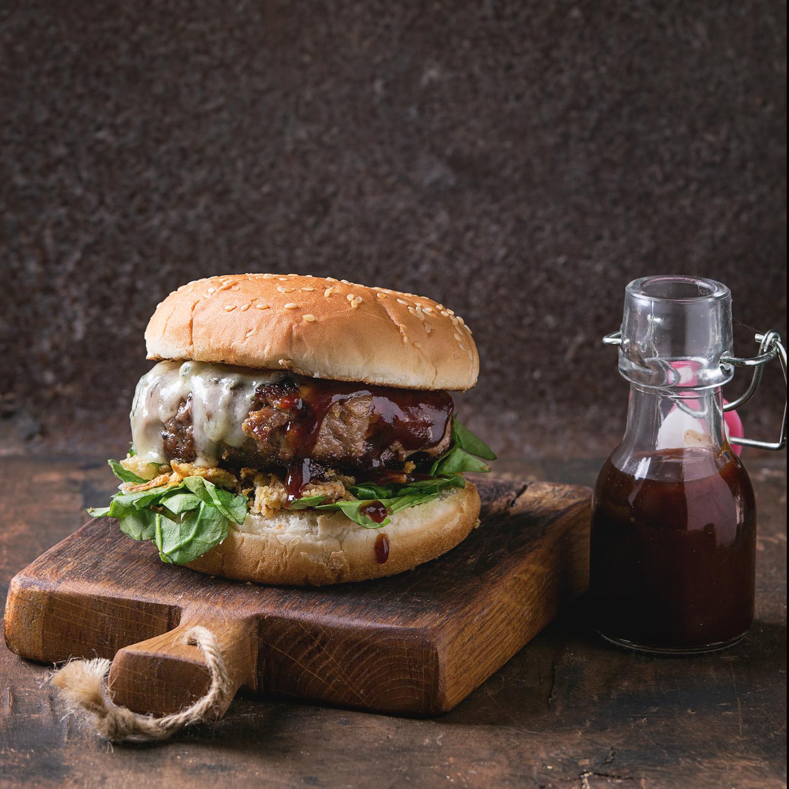 Burgers de bœuf, sauce crémeuse au fromage bleu et aux champignons portobellos