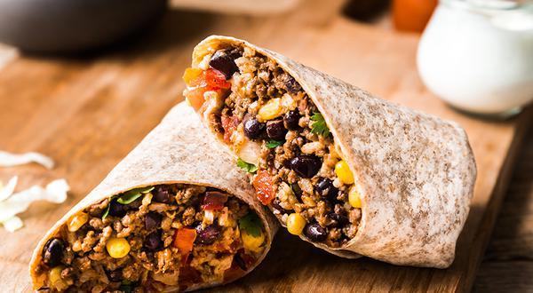Burrito au bœuf, haricots noirs, riz et maïs