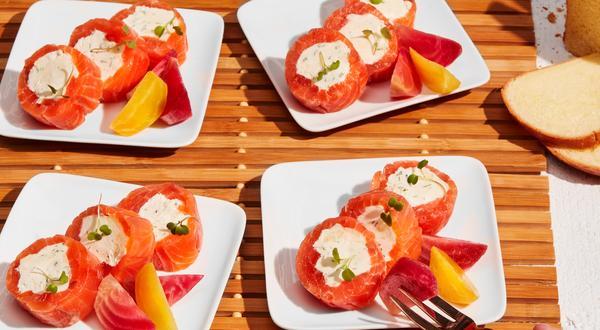 Roulés de gravlax de saumon, betteraves marinées et émulsion au fromage brie