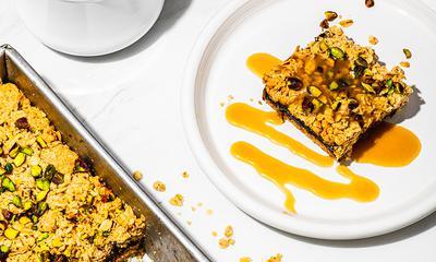 Carrés aux dattesaux pistaches avec sauce à l'érable